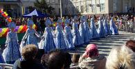 Девушки в национальных русских костюмах во время празднования Масленицы возле здания Ассамблеи народа Кыргызстана в Бишкеке.