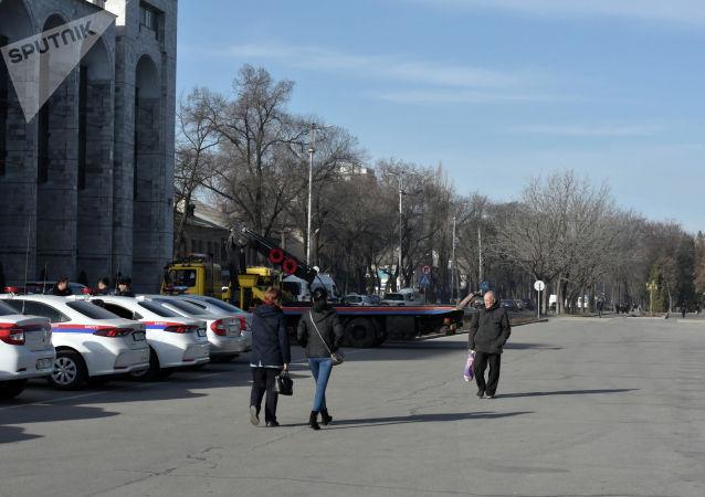 На площади Ала-Тоо обстановка спокойная. Скопления людей не наблюдается. На месте дежурит милиция.