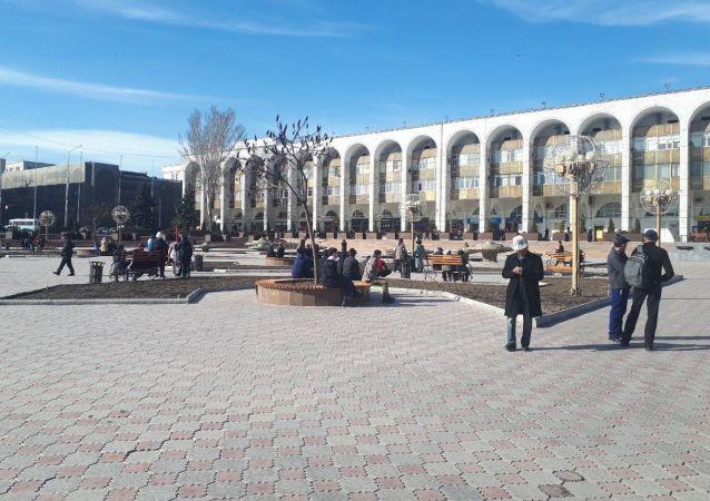 Сторонники Садыра Жапарова собираются на площади Ала-Тоо в Бишкеке