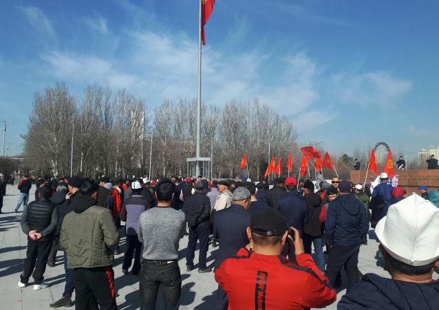 Сторонники политика Садыра Жапарова собираются на площади Ала-Тоо в Бишкеке