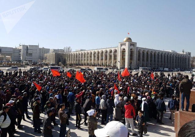 Сторонники Садыра Жапарова во время митинга на площади Ала-Тоо с требованием освободить политика в Бишкеке