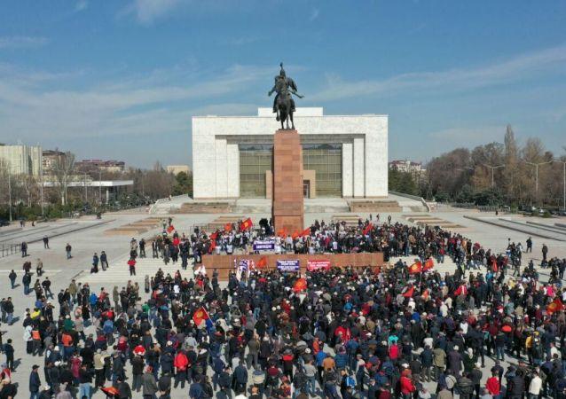 Вид на сторонников с высоты Садыра Жапарова во время митинга на площади Ала-Тоо с требованием освободить политика в Бишкеке