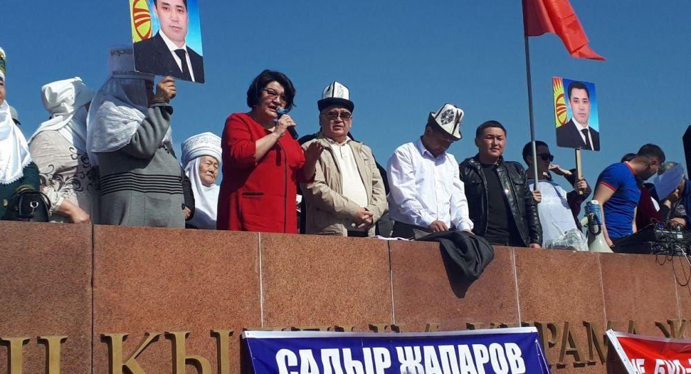 Экс-депутат Жылдыз Жолдошева Ала-Тоо аянтындагы митингте