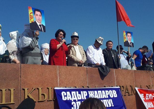 Экс-депутат Жылдыз Жолдошева на митинге на площади Ала-Тоо с требованием освободить политика в Бишкеке