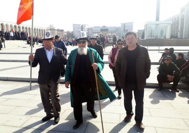 10 представителей от митингующих направились к зданию Жогорку Кенеша. Они заявили, что попытаются попасть на прием к Сооронбаю Жээнбекову.