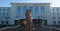 Памятник И. К. Ахунбаева у здания КГМА. Архивное фото