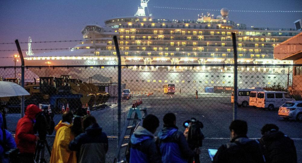 Автобус прибывает около круизного лайнера Diamond Princess, где десятки пассажиров были проверены на наличие коронавируса, в круизном терминале Daikoku Pier в Йокогаме к югу от Токио. Япония, 16 февраля 2020 года