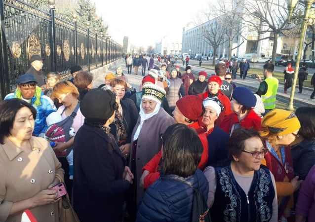Сторонники Садыра Жапарова во время митинга на площади Ала-Тоо с требованием освободить политика в Бишкеке.