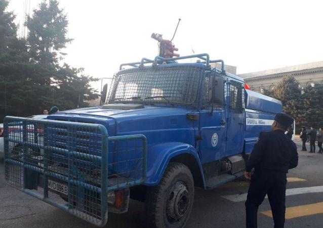 Водомет на площади Ала-Тоо в Бишкеке.