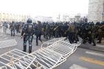 Сотрудники милиции в специальном обмундировании на площади Ала-Тоо в Бишкеке.