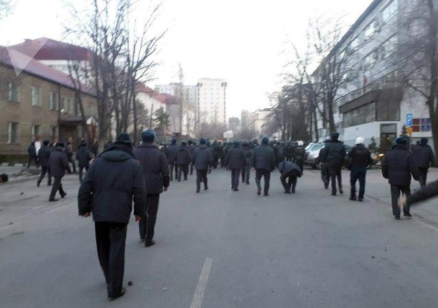 Сотрудники милиции после разгона митинга с площади Ала-Тоо в Бишкеке.