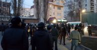 Сотрудники милиции во время разгона митингующих сторонников Садыра Жапарова
