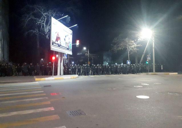Сотрудники специальной службы МВД во время разгона митингующих сторонников Жапарова в Бишкеке