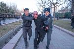 Сотрудники милиции во время задержания одного из участников митинга в поддержку экс-депутата ЖК Садыра Жапарова в Бишкеке