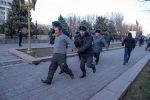 Сотрудники правоохранительных органов задерживает сторонника Садыра Жапарова во время силового разгона на площади Ала-Тоо в Бишкеке