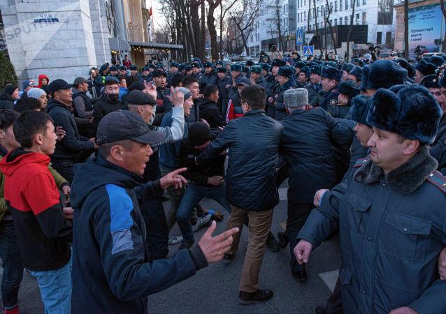 Столкновение сотрудников правоохранительных органов с сторонниками Садыра Жапарова во время силового разгона на площади Ала-Тоо в Бишкеке