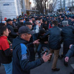 2020-жылдын 2-мартында Бишкек шаары. Милициянын жетекчиси кол алдындагылар менен митингчилерди кармап жатат