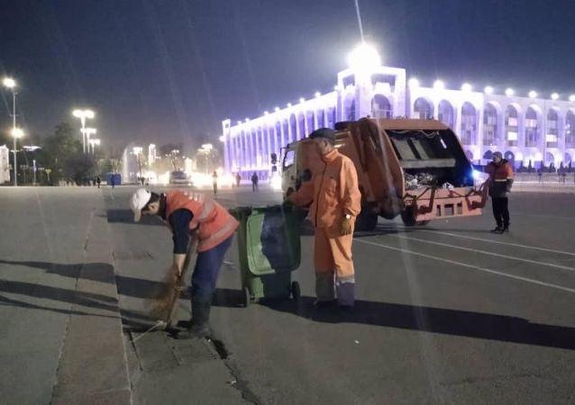 Мэрия: После окончания митинга на площади Ала-Тоо собрали около одной тонны мусора