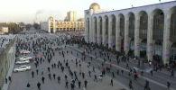 Бишкекте укук коргоочулар мурдагы депутат Садыр Жапаровдун митингге чыккан тарапташтарын таратты. Акцияга чыккандар милиционерлерге каршылык көрсөтүп, таш ыргытышты.