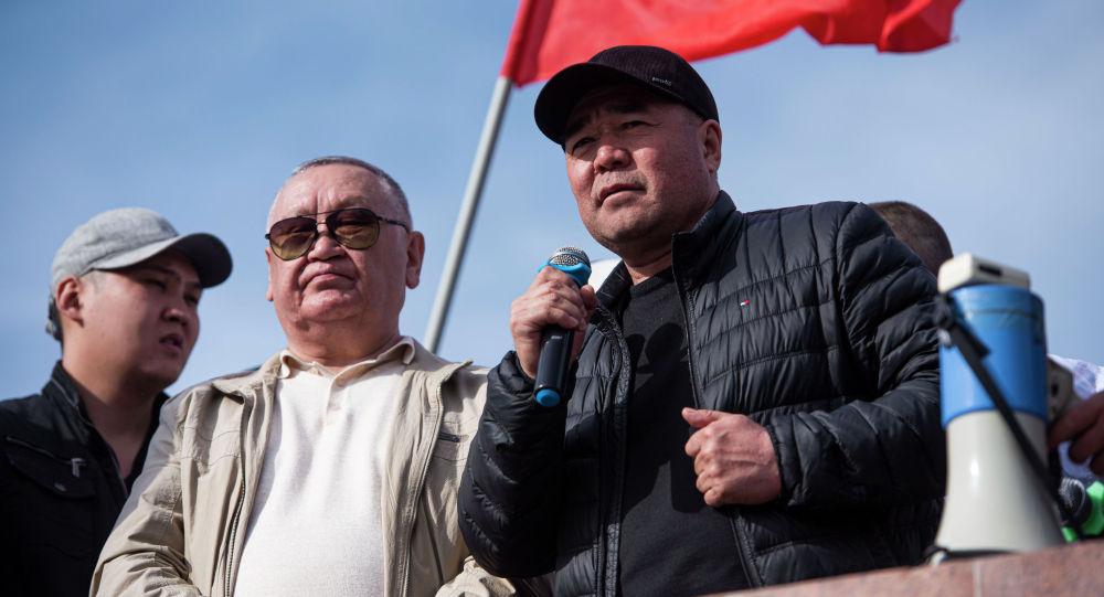 Экс-депутат ЖК Каныбек Осмоналиев и брат Садыра Жапарова Сабыр во время выступления на митинге на площади Ала-Тоо в Бишкеке