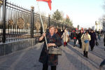 Бүгүн, 2-мартта, абактагы экс-депутат Садыр Жапаровдун бошотулушун талап кылып миңден ашуун адам митингге чыкты. Алар саат 13.00дө Ала-Тоо аянтына чогулду. Митингге өлкөнүн ар аймагынан жаштар, аялдар жана аксакалдар келишкен.