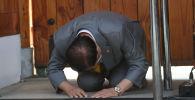 Глава южнокорейской христианской секты Храм скинии свидетельства Шинь-чонджи Ли Ман Хи кланяется во время пресс-конференции церкви в Гапхёнге. 2 марта 2020 года