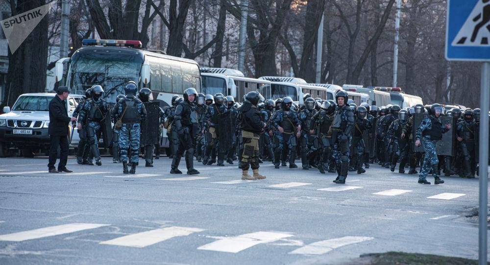 Сотрудники правоохранительных органов готовятся к силовому разгона митинга сторонников Садыра Жапарова на площади Ала-Тоо в Бишкеке
