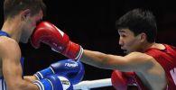 Боксер из Кыргызстана Азат Усеналиев во время поединка по боксу. Архивное фото