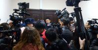 Журналисты в Первомайском районном суде, где проходит предварительное заседание с участием экс-президента КР Алмазбеком Атамбаевым
