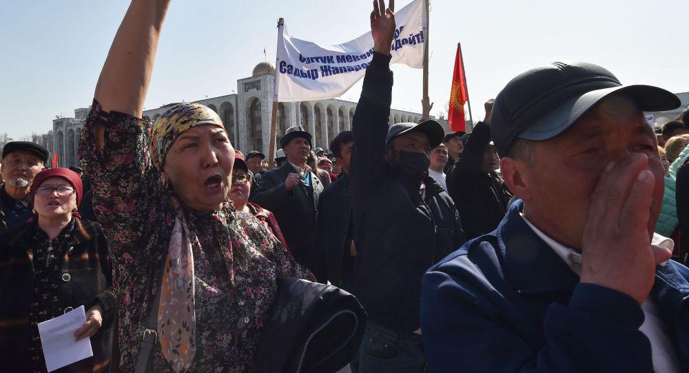 Садыр Жапаровдун тарапташтарынын митинги