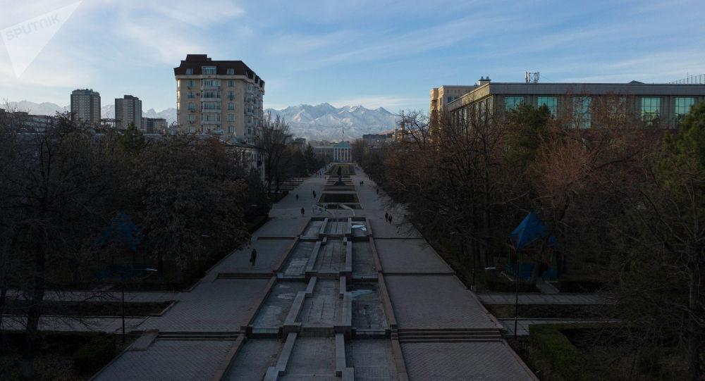 Люди идут по аллее молодежи рано утром в Бишкеке. Архивное фото