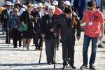 Кыргызские ветераны прибывают к памятнику Вечного огня в Бишкеке. Архивное фото