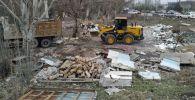 Сотрудники мэрии Бишкека во время сноса незаконных объектов