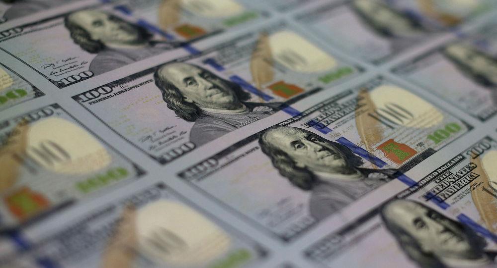 Банкноты номиналом в 100 долларов разложенные лицевой стороной. Архивное фото