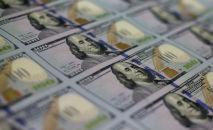 Банкноты номиналом в 100 долларов разложенные лицевой стороной в Бюро гравировки и печати. Вашингтон, округ Колумбия. США