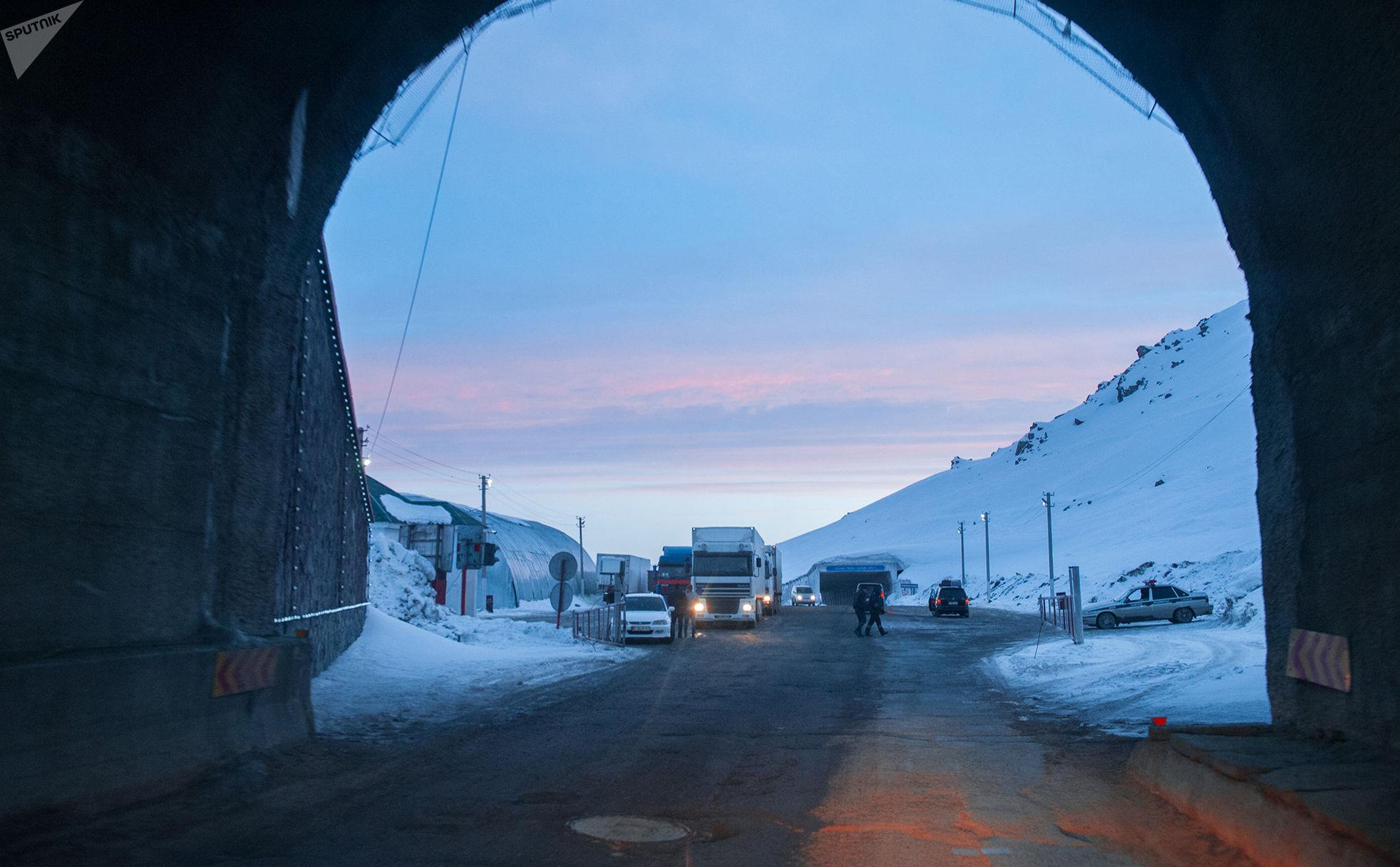 На вершине перевала находится туннель имени Кусейина Кольбаева, построенный в 1962 году