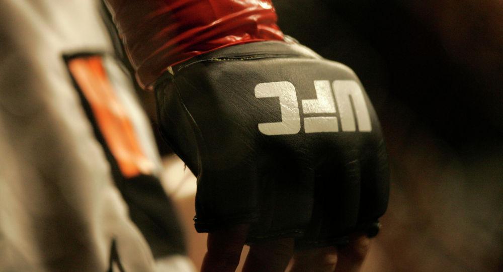 Логотип UFC на перчатке. Архивное фото