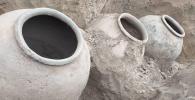 Четыре большие кувшины, найденные в селе Кара-Арча Манасского района Таласской области. Архивное фото