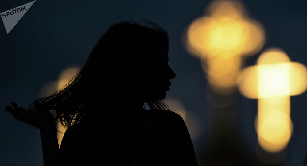 Силуэт девушки. Архивное фото