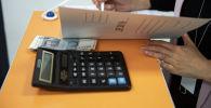 Акча жана калькулятор. Архивдик сүрөт