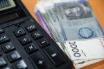 Деньги, калькулятор на столе. Иллюстративное фото