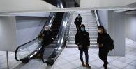 Молодые люди в медицинских масках в аэропорту. Архивное фото