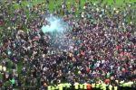 Фанаты французского футбольного клуба Сент-Этьен буквально вылились на поле и начали праздновать долгожданную победу.