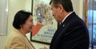 Президент Сооронбай Жээнбеков Чыңгыз Айтматовдун үйүнө барып, жазуучунун жубайы Мария Айтматованы 8-март майрамы менен куттуктады.
