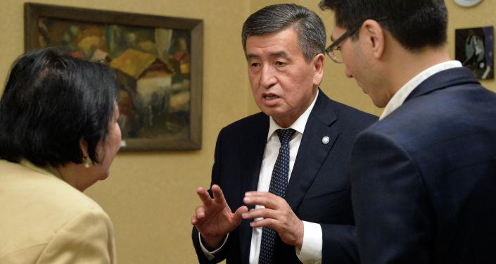 Президент Кыргызской Республики Сооронбай Жээнбеков в преддверии Международного женского дня навестил семью писателя Чынгыза Айтматова.