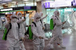 Южнокорейские солдаты распыляют дезинфицирующее средство в международном аэропорту на фоне роста числа подтвержденных случаев коронавирусной болезни (COVID-19) в Тэгу. Южная Корея, 6 марта 2020 года