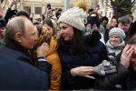 Президент РФ Владимир Путин общается с местными жителями в городе Иваново.