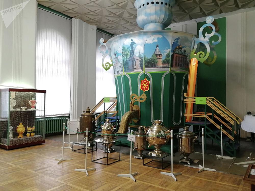 Кремлдин дал дубалдарында жайгаштырылган Тула самоорлору музейинин эки залында XVIII-XX кылымдардын үлгүлөрү топтолгон. Арасында металл гана эмес, фарфор, кабыктан жасалгандары да бар. Эң чоңу — декоративдик, көрүүчүлөр анын ичине да кирип көрө алышат. Шаардагы самоор жасоочу алгачкы фабриканы курган Иван жана Назар Лисициндердин жеке буюмдары да, жергиликтүү көпөстөр Сомов, Маликов, Фомин, Баташев, Шемаринге таандык оокаттар да сакталган.
