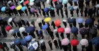 Люди стоят в очереди, чтобы купить маски для лица на фоне вспышки коронавируса в Южной Корее перед универмагом в Сеуле. Архивное фото