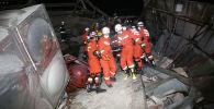 Спасатели переносят пострадавших с места, где рухнул отель, используемый для карантина коронавируса в юго-восточном китайском портовом городе Цюаньчжоу, провинция Фуцзянь. Китай, 7 марта 2020 года